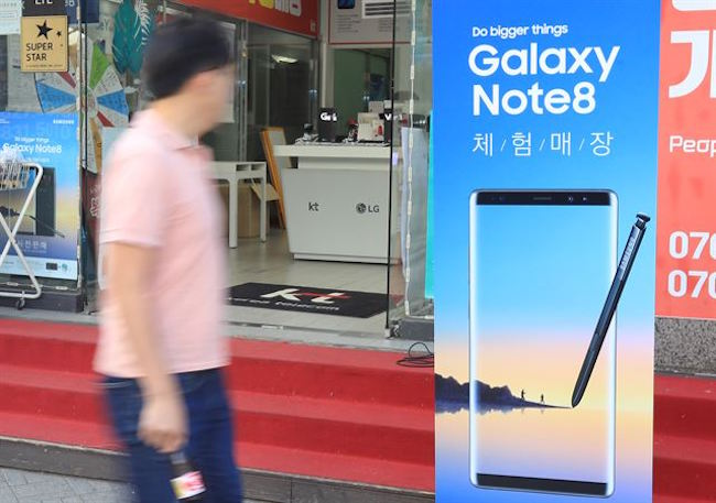 Domestically, Samsung Electronics' Galaxy Note 8 has performed like a rock star, alleviating company insiders' concerns that the Galaxy Note 7 exploding debacle would keep customers away. (Image: Yonhap)