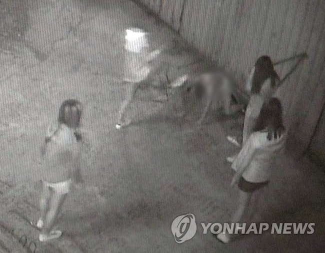 A bullying case involving a group of female middle school students brutalizing a fellow student in Busan has turned into a national issue as the outpouring of public rage has prompted many to  quetions abuce competence and juvenile criminal law. (Image: Yonhap)