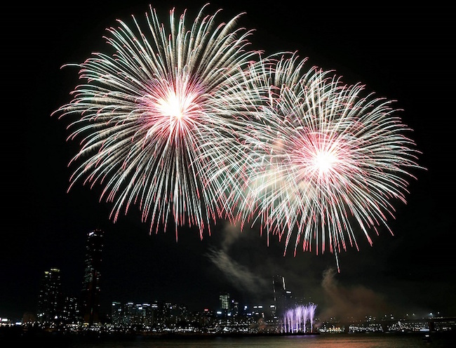 The headlining event of the weekend is the Seoul International Fireworks Festival held at Yeouido Park on the same day. (Image: Yonhap)