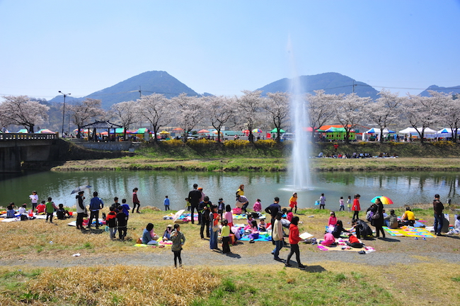 Along the banks of the stream, a deck over the water will be constructed with more sculptures and a photo zone. (Image: Yonhap)