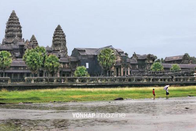 The decision of Cambodia's Ministry of Tourism to limit the number of Korean-speaking tour guides working in the resort town of Siam Reap, home to the famous tourist attraction Angkor Wat, has stirred up the local Korean community. (Image: Yonhap)