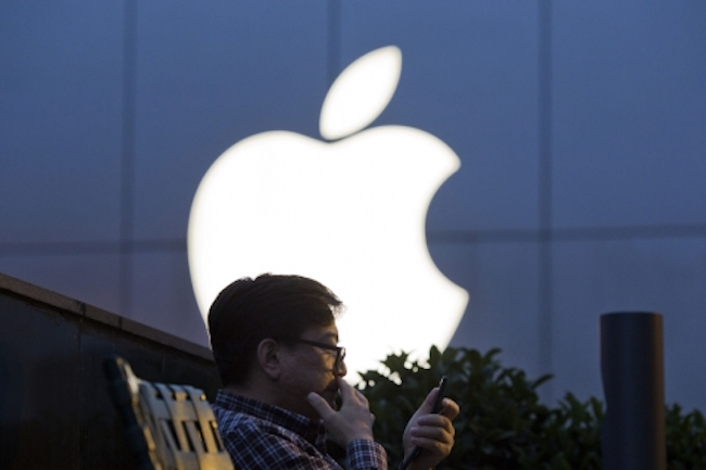 Responses to Apple and Samsung Electronics' latest flagship releases in the Chinese market have been lukewarm to downright disappointing. (Image: Yonhap)
