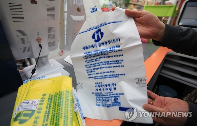 The proportion of taxes on plastic bags was not revealed, but store owners likewise complained about plastic bags as a loss-inducing product. (Image: Yonhap)