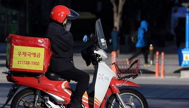 "Speaking with 138 mail carriers employed at 13 post offices throughout the Busan Metropolitan Area and South Gyeongsang Province, regional organization ""The Machang Geoje Union for the Eradication of Industrial Accidents"" found that mail carriers worked an average 57.1 hours per week. (Image: Yonhap)"