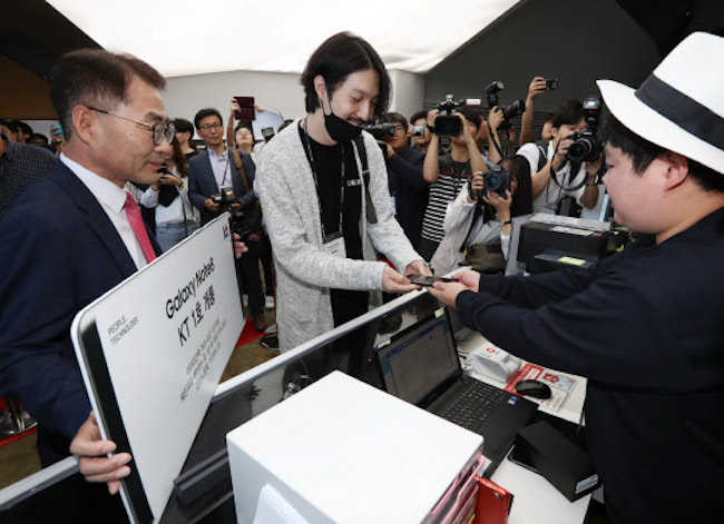 The appearance of celebrities was no doubt a welcome sight to Lim, who had steadfastly maintained the front of the line since 4 p.m., September 12 (KT's launch was also held on September 15). (Image: Yonhap)