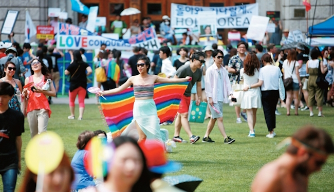 According to the rights groups, online media outlets and commenters had taken the teacher's lessons about the Korea Queer Culture Festival, prejudice against minorities and respect for human rights and twisted them into attempts to encourage homosexuality and misandry. (Image: Yonhap)