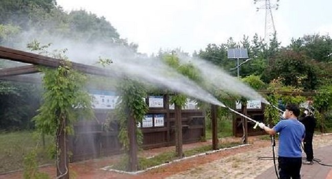 Pesticides, or more specifically the chemicals they are composed of, are quickly becoming the bogeymen of Korean society as internal records held by district governments throughout Seoul have revealed that pesticides containing hazardous chemicals were sprayed in neighborhood areas. (Image: Yonhap)