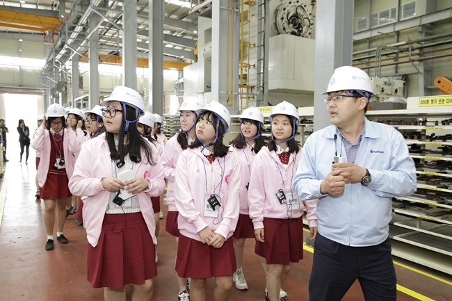 According to the airline on Friday, the education program was held with the help of the Ministry of Trade, Industry and Energy and the Korea Institute for Advancement of Technology to give young female students opportunities to experience jobs in the STEAM fields – science, technology, engineering, arts and mathematics – in order to encourage them to pursue related careers. (Image: MOTIE)