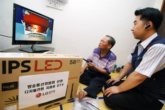 A new survey has revealed nearly 8 in 10 repairmen have experienced both physical and verbal violence from customers during house visits. (Image: LG Electronics)