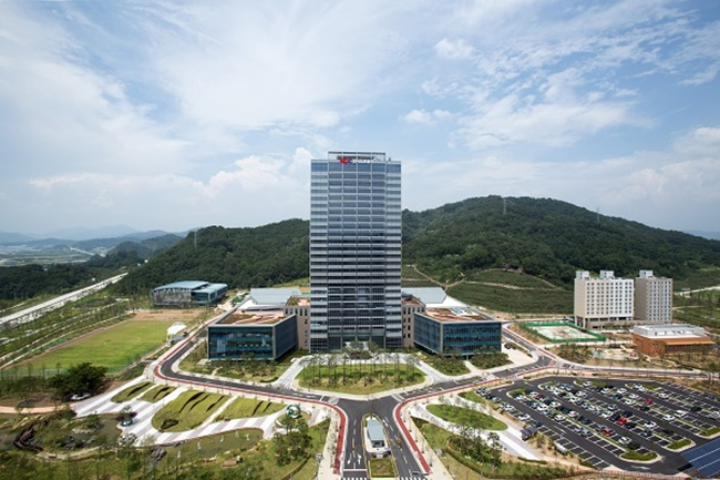 According to the Korea Expressway Corporation on Wednesday, the highway call center has introduced a new GPS-based system that tracks down the location of those calling in to report on traffic accidents on highways much faster and more accurately. (Image: Korea Expressway Corporation)
