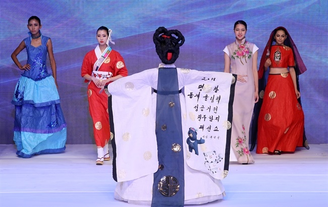 The annual festival and fashion show, which celebrates the beauty of hanji, or traditional Korean paper, is back this year ahead of the Winter Olympics in Pyeongchang, which is in the same province as Wonju. (Image: Yonhap)