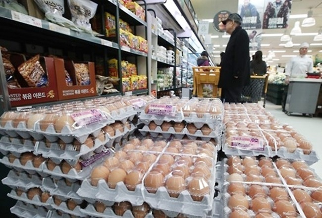 After a serious egg contamination scandal that shook the confidence of South Korea consumers, gift sets of free-range eggs from animal-friendly farms have appeared at department stores, marking the first time eggs are being considered as a Chuseok gift. (Image: Yonhap)