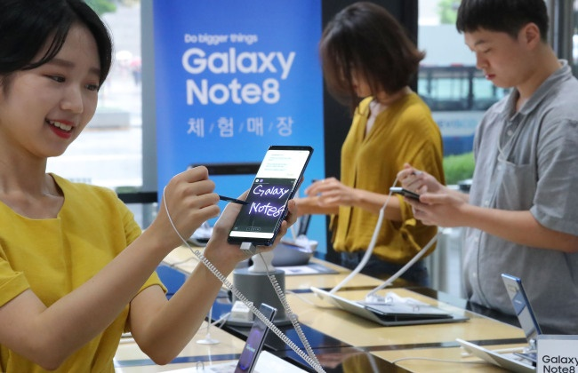 According to the Korea Communications Commission on Monday, the government branch which controls mobile phone prices and bills gave a formal warning to one of the major mobile providers to put a halt to alleged subsidies offered to customers after signs of market overheating were observed last weekend. (Image: Yonhap)