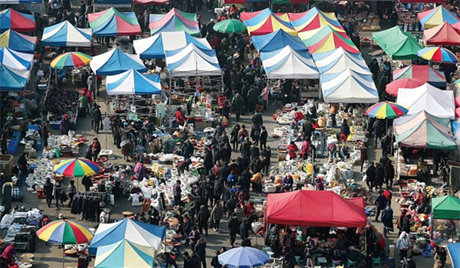 The very first Seongnam Moran Festival kicked off on Friday, which will be held for almost a month to boost the local economy of Seongnam City in Gyeonggi Province. (Image: Yonhap)