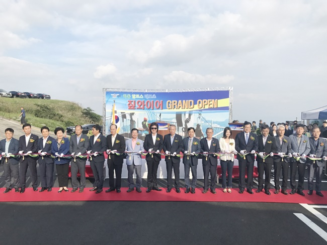 Yun Sang-gi, the mayor of Hadong County, also announced plans during the opening ceremony for cable cars and monorails as part of efforts to make Gumo Mountain a mecca for leisure sports. (Image: Hadong County)