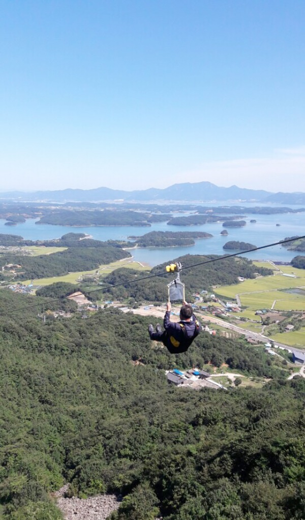 Asia's longest zip wire ride has opened at Gumo Mountain in Hadong County, stretching over 3,186 meters between the top of Gumo Mountain and the periphery of Gyeongchung Temple. (Image: Hadong County)