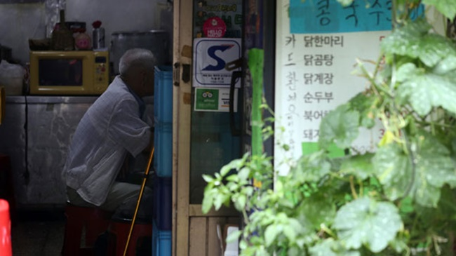 The rosy prospect of single life begins to go downhill from the age of 50, according the report, as many of those living alone in their 50s do so as a result of divorce and suffer from financial problems, particularly men, many of whom are disconnected from their friends and end up with poor living conditions. (Image: Yonhap)