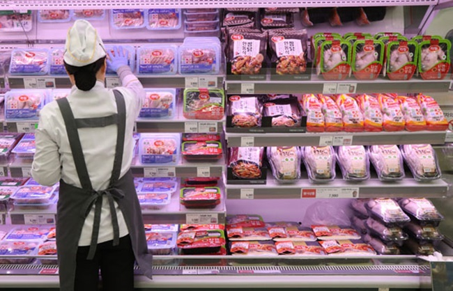 The Ministry of Agriculture, Food and Rural Affairs (MAFRA) announced on its official website on Thursday it will require retail giants in the chicken industry to state wholesale prices in a bid to improve transparency and gain trust from consumers. (Image: Yonhap)