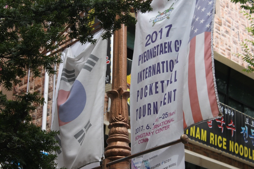 The national flags of South Korea and the United States hang on a pole on the downtown street of the Pyeongtaek International Central Market. (image: Yonhap)