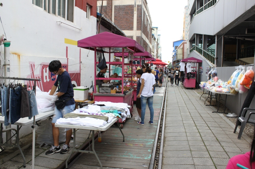 Pink-colored carts in business on the railroad at the Pyeongtaek International Central Market. (image: Yonhap)