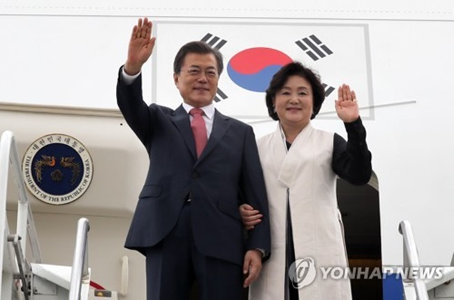 South Korean President Moon Jae-in (L) and his wife, Kim Jung-sook, wave at a group of officials and people welcoming them to New York on Sept. 18, 2017. The new South Korean leader is on a four-day trip to the United States for the U.N. General Assembly. (Image: Yonhap)