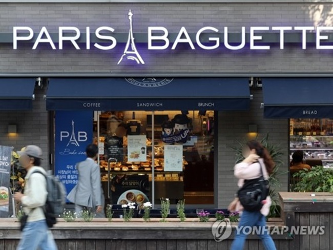 The Ministry of Labor and Employment has given Paris Baguette a correction order to recruit 5,378 employees at 3,396 franchise stores who currently work for the franchise's subcontractors, it said in a statement. (Image: Yonhap)
