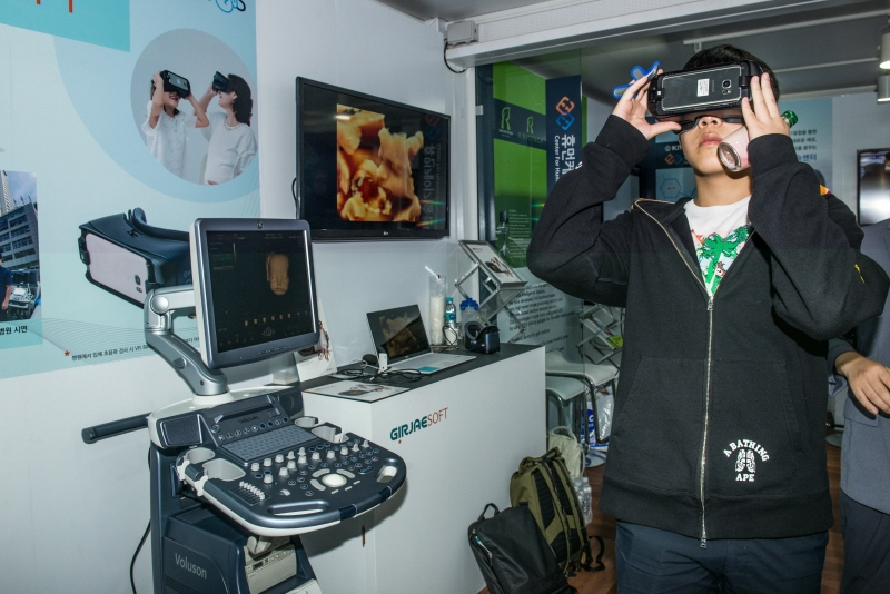 A visitor tries a virtual reality headset at the Korea VR Festival 2017, held at the Sangam Digital Media Complex business district in western Seoul from Sept. 16-20. (image: Yonhap)