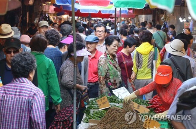 According to the data compiled by Ministry of SMEs and Startups, the combined sales at local traditional markets decreased 22.7 percent in 2015 from 2005 at 21.1 trillion won (US$18.5 billion). (Image: Yonhap)