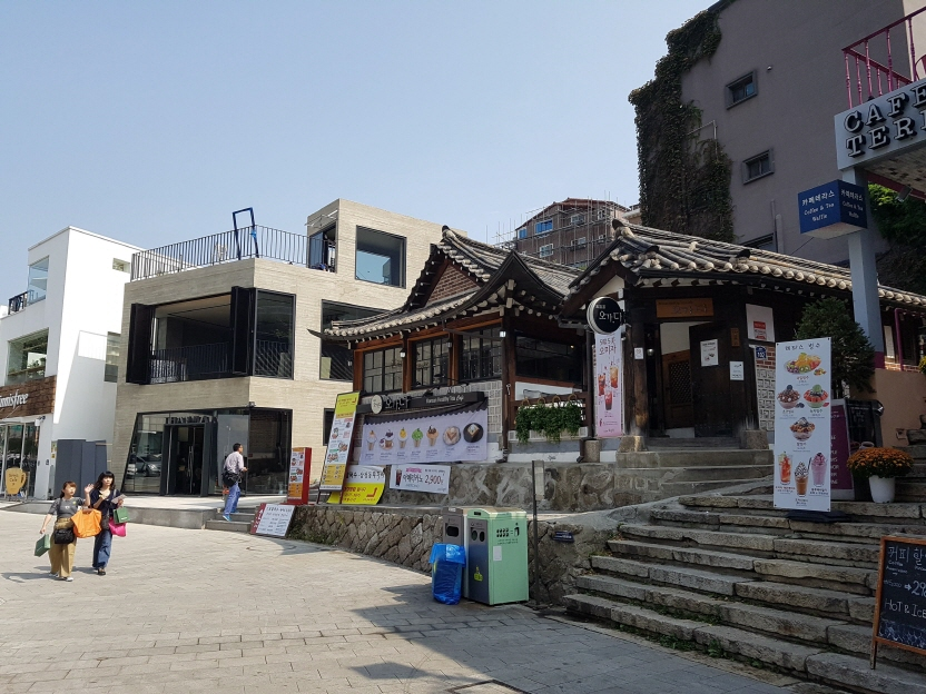 An old, traditional Korean house, called hanok, turned into a cafe in Samcheong-dong, Seoul while many new and modern buildings can also been in the area. (image: Yonhap)