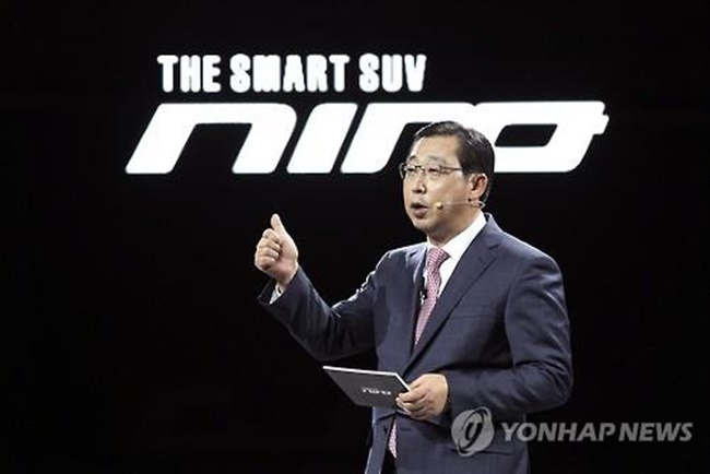 """Given the nature of the auto industry, night shifts and overtime are inevitable. If the scope of what consists of an ordinary wage is extended, overall extra pay will increase by 50 percent,"" said Park Hanwoo, the CEO of Kia Motors. ""Once it happens at Kia Motors, the labor union of Hyundai Motors will demand the same treatment, leading to a serious disturbance in the labor market."" (Image: Yonhap)"