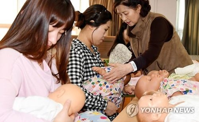 Facing the challenge of a declining birth rate, the lack of support for breastfeeding in South Korea has emerged as a pressing issue, as mothers and health authorities urge the country as a whole to do more to create a nursing-friendly environment. (Image: Yonhap)