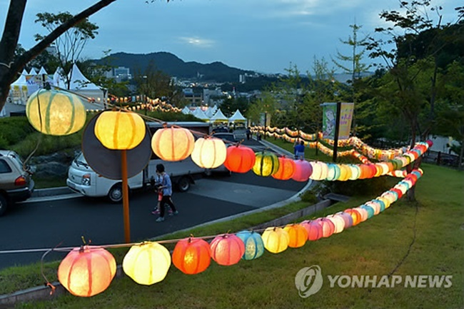 During the event, a sketching competition will be held, with the main theme being the dream of Winter Olympics drawn on hanji, as well as a photo zone where sculptures made of the traditional Korean paper will welcome visitors to the event. (Image: Yonhap)