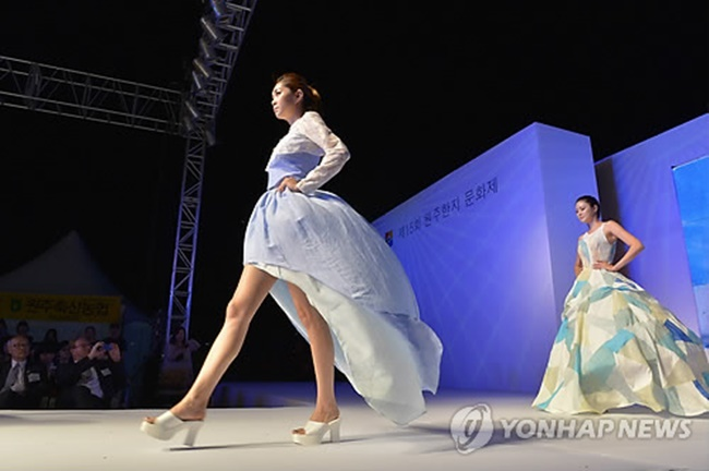 This year's Wonju Hanji Festival and an accompanying fashion show will be held on October 21 and 22 at Wonju Hanji Theme Park in celebration of the 2018 PyeongChang Winter Olympics. (Image: Yonhap)