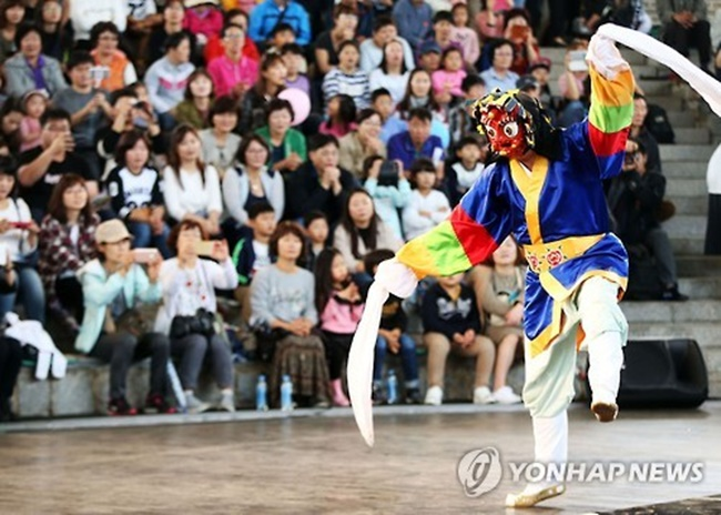 Under the concept 'Wish of Homo-festivus', the Andong Mask Dance Festival is set to begin on the September 29 for a 10-day run, with 14 groups from 13 countries including Bolivia, Russia and China scheduled to perform during the event. (Image: Andong City)