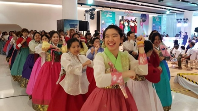 The event also featured a hanbok fashion show, a makeup show and a talk show on trips to South Korea. (Image: Yonhap)
