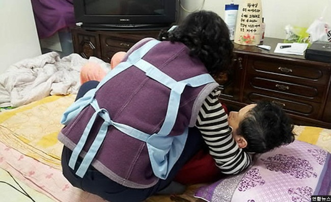 With nearly 700,000 dementia patients in South Korea, the National Health Insurance Service has developed Long Term Care, a social care program designed for older people in need of assistance. (Image: Yonhap)