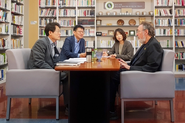 Michael Apple, an educational theorist and proponent of democratic schools, dropped by the headquarters of the Seoul Metropolitan Office of Education on September 29 for a chat on education and politics. (Image: Yonhap)