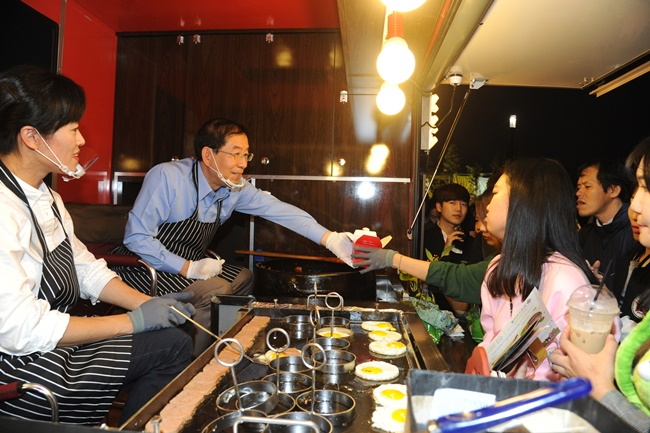 The Seoul Metropolitan Government is passing an ordinance that bans food trucks owned by franchise companies from entering publicly run events in the city, in a move to help small and medium independent businesses. (Image: Seoul Metropolitan Government)