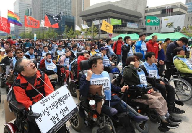 A South Korean disability rights group has ended its five-year long protest at Gwanghwamun Square in downtown Seoul after the health and welfare minister met with the protestors and finally agreed to make it easier for the disabled to claim benefits despite the income of their legal provider. (Image: Yonhap)