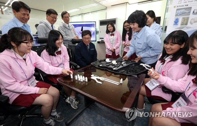 Asiana Airlines held a special science and engineering class for female students at its second aircraft hangar at Incheon Airport on Thursday as part of K-girls Day, an event devised to raise awareness and interest in engineering among women. (Image: Yonhap)