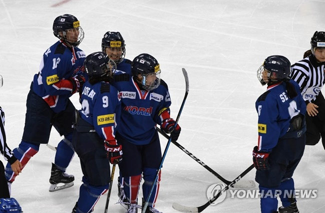 In this file photo taken July 29, 2017, South Korea's women's national ice hockey team players celebrate after scoring a goal against Sweden during a friendly match at Gangneung Hockey Centre in Gangnueng, Gangwon Province. (Image: Yonhap)