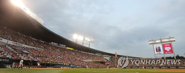 The Korea Baseball Organization has announced plans to introduce a sports agent system from next year, which will see agents contact baseball teams on behalf of players to negotiate salaries and marketing activities. (Image: Yonhap)