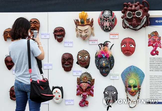 Prior to the 2017 iteration of the Andong Mask Dance Festival, the Andong Festival Tourism Foundation held an event as part of efforts to promote this year's festival, hosting a number of different events from quiz shows to mask making, as well as mask-themed performances by international groups from Vietnam and Indonesia. (Image: Yonhap)