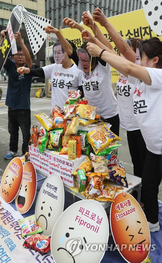 Members of animal rights group Care staged a unique performance protest in Gwanghwamun Square on Wednesday, sending a defiant message to the public that the overconsumption of egg products must stop. (Image: Yonhap)