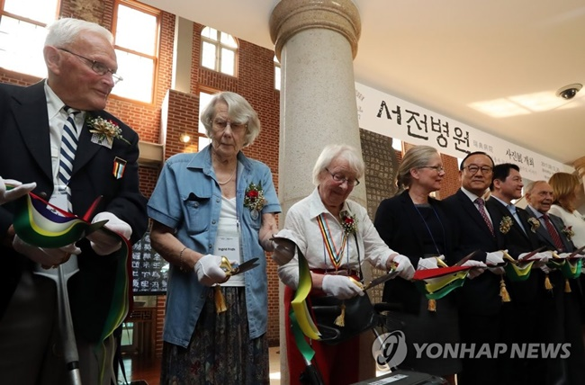 The opening ceremony of the photo exhibition dedicated to brave war veterans and medical staff at the Swedish Red Cross's field hospital in Busan took place on Wednesday in the presence of a number of those who worked at the hospital during the Korean war, as well as patients. (Image: Yonhap)