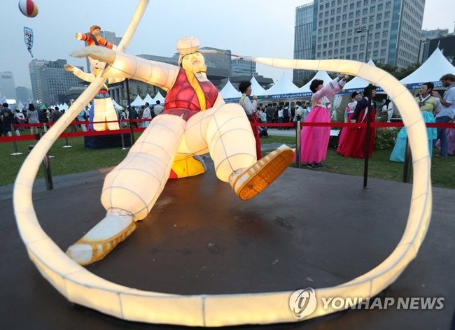 This year's Jongno Hanbok Festival came to an end on Sunday, after successfully promoting the beauty of Hanbok, Korea's traditional dress, in central Seoul over the weekend. (Image: Yonhap)