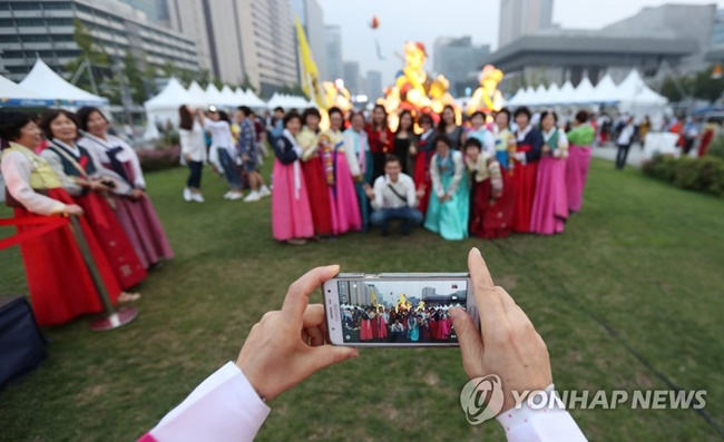 """We want to organize this year's event as an opportunity to promote the beauty of Hanbok, not only at home, but also to the world,"" Jongno District said. (Image: Yonhap)"