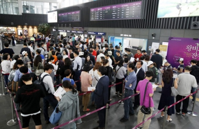 With the 10 day-long Chuseok holiday fast approaching, the South Korean tourism industry finds itself at a critical turning point, with millions of South Koreans deciding between traveling around the country and going abroad. (Image: Yonhap)