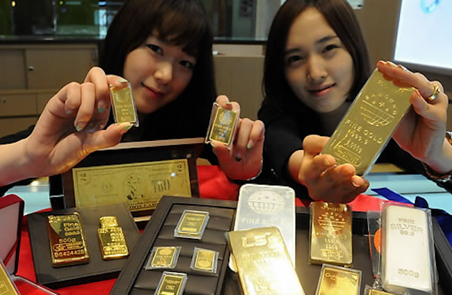 "The difference is that back then, ""mini"" gold bars of 10 or 100 grams were most popular at the exchange. (Image: Yonhap)"