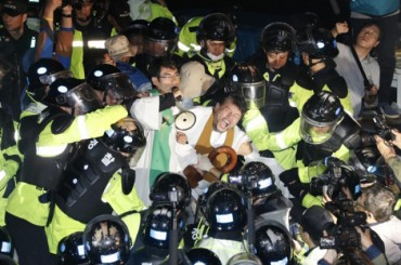 THAAD Launchers Enter U.S. Base amid Protests